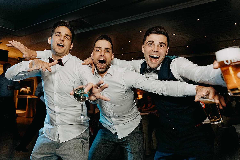 bruidegom dans met twee vrienden