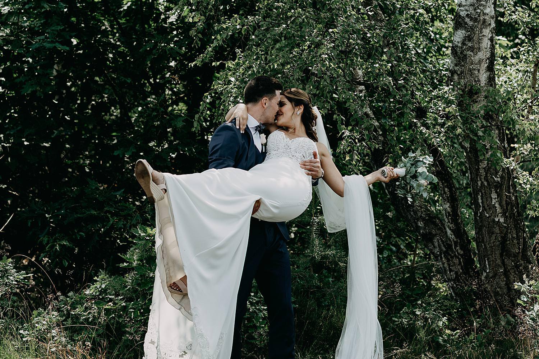 bruidegom draagt bruid Schemmersberg Genk