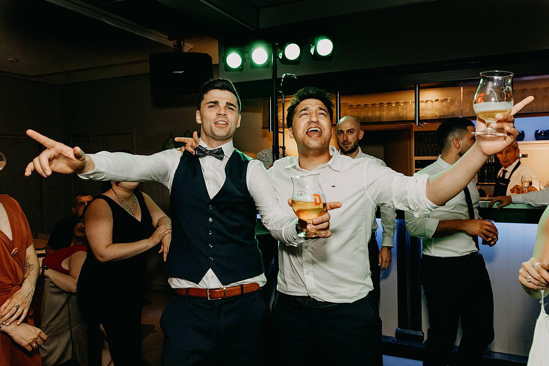 bruidegom juicht vriend dansvloer