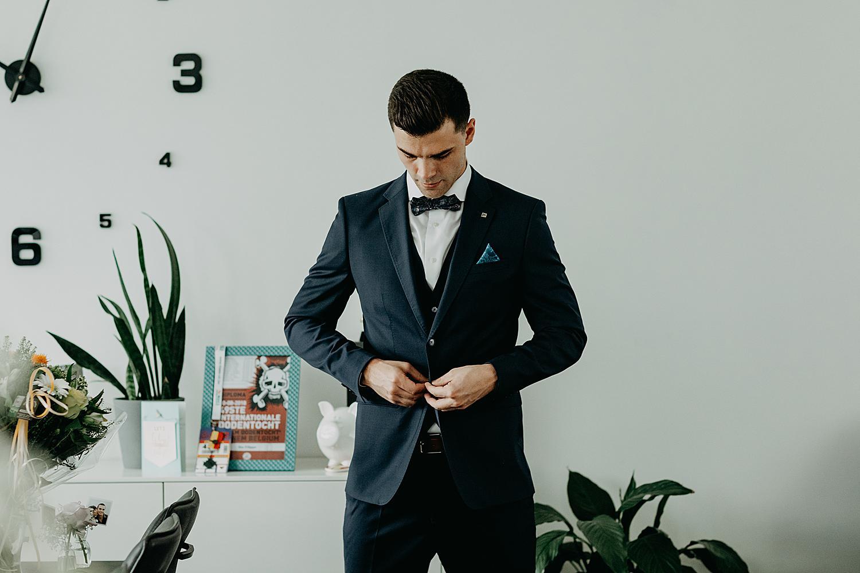 bruidegom knoopt vest
