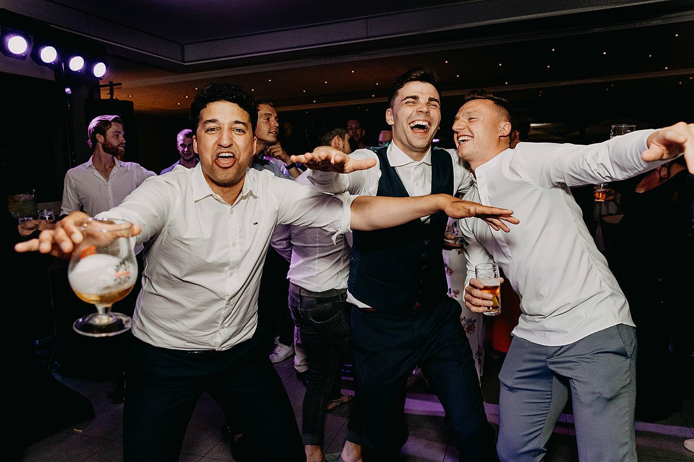 bruidegom plezier gasten huwelijk