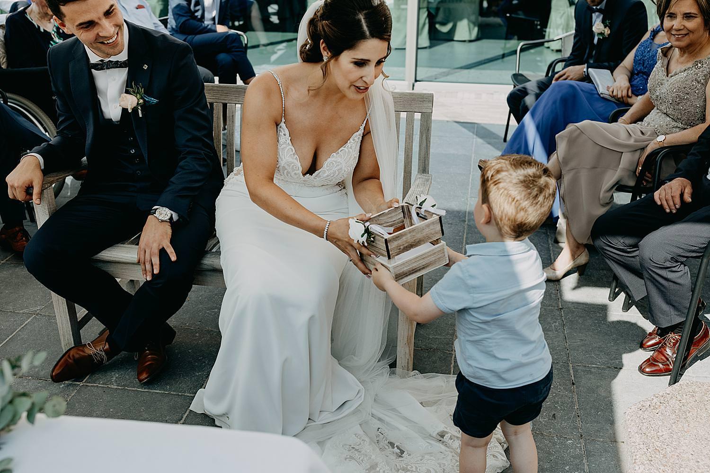 bruidsjongen brengt ringen buitenceremonie