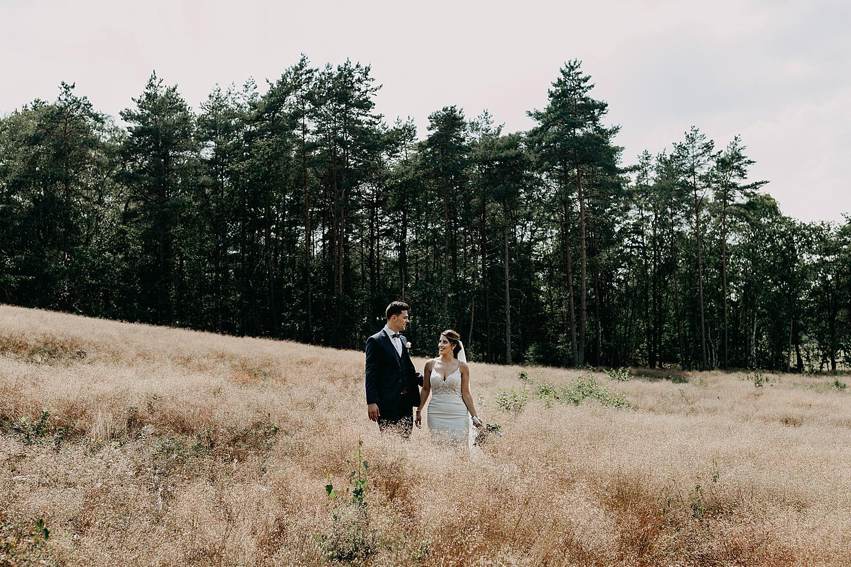 bruidspaar in hoog dor gras Schemmersberg Genk