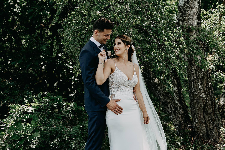 bruidspaar knuffel onder boom