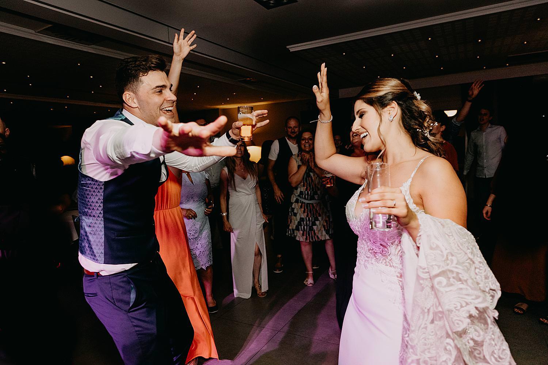 bruidspaar plezier dansvloer
