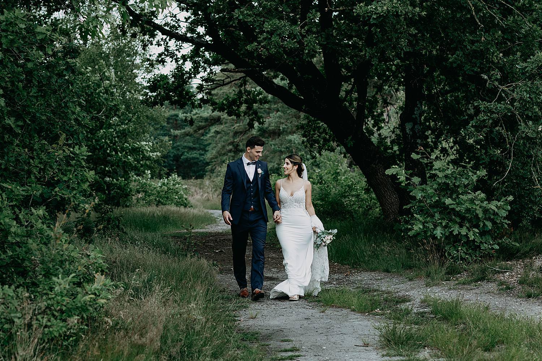 bruidspaar wandelt natuur Schemmersberg Genk
