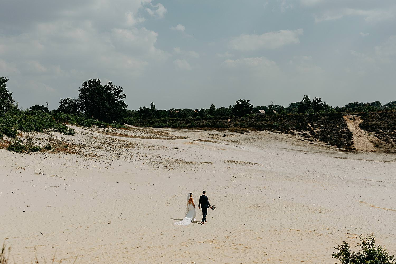 bruidspaar wandelt op zandvlakte Schemmersberg Genk