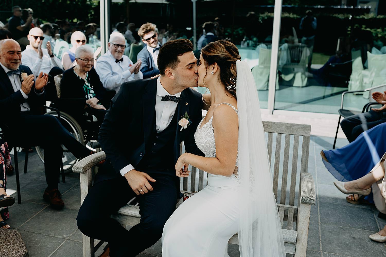 bruidspaar kust buitenceremonier