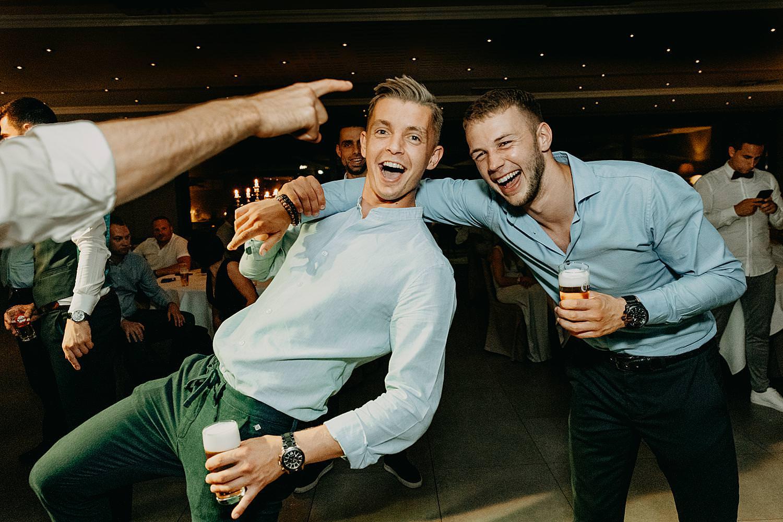 twee vrienden plezier huwelijk