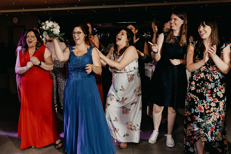 vriendin vangt bruidsboeket tos