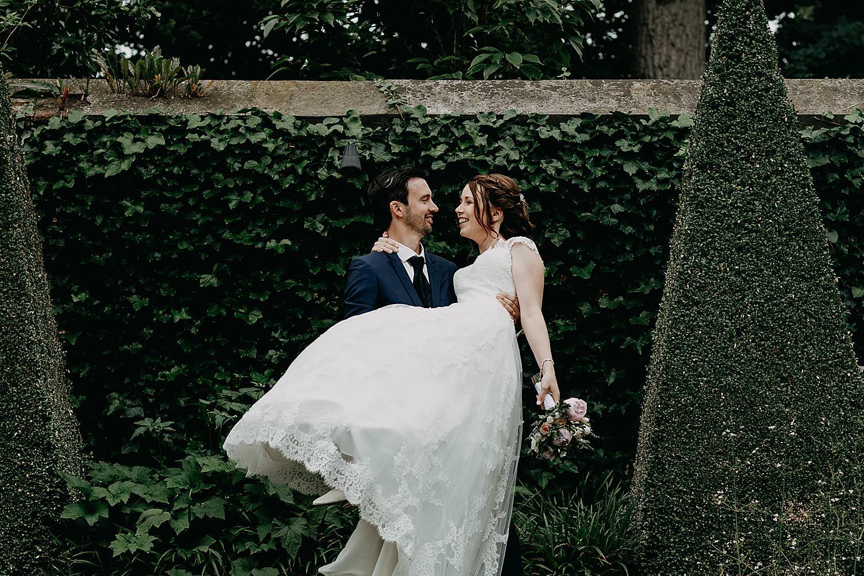 bruidegom draagt bruid