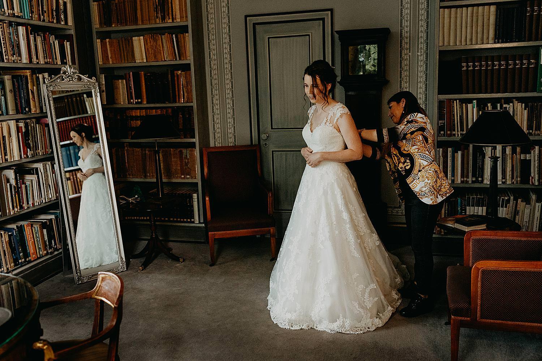 aankleden bruid kasteelkamer