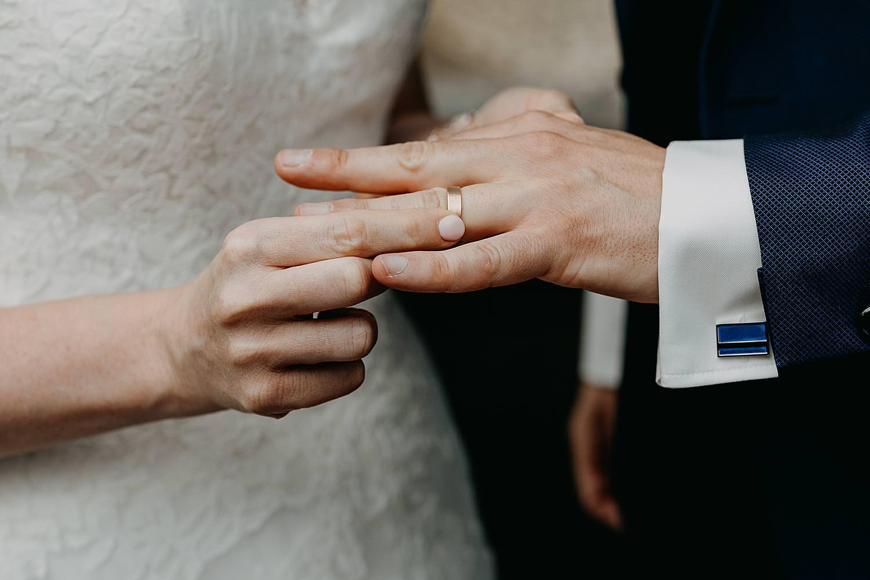 bruid schuift ring om vinger