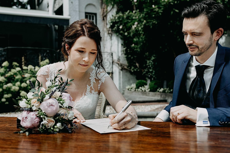 bruid tekent huwelijk buitenceremonie