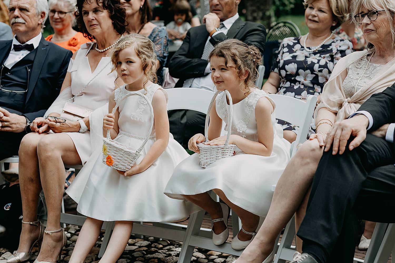 bruidskindjes op stoel buitenceremonie
