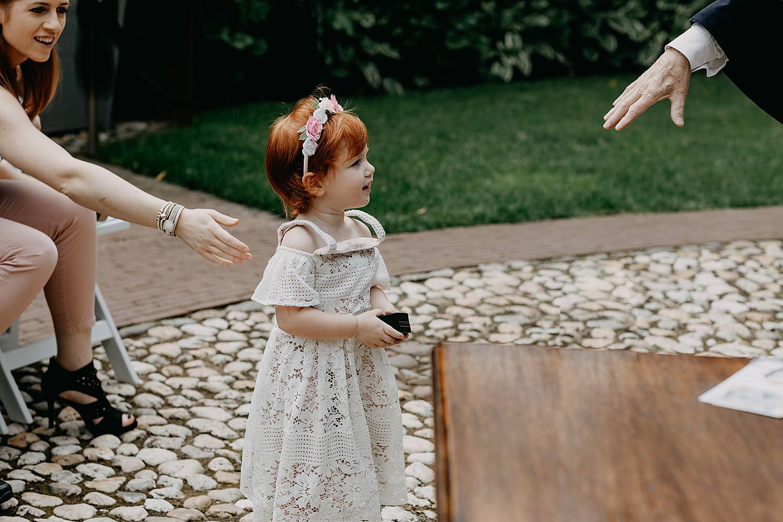 bruidsmeisje brengt huwelijksringen