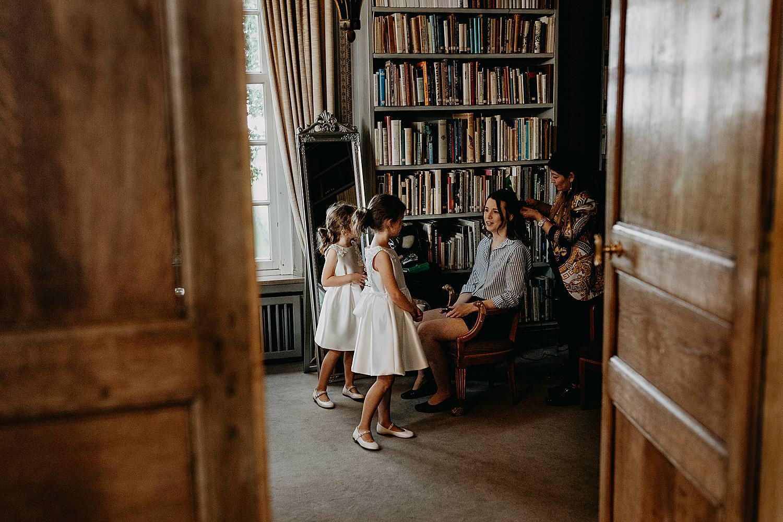 bruidsmeisjes met bruid kasteelkamer