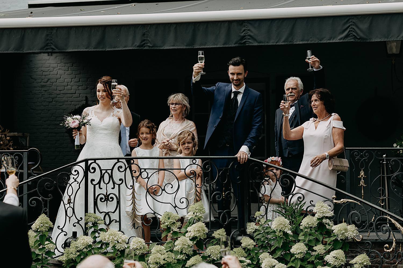 bruidspaar brengt toast binnenplein kasteel