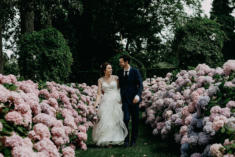 bruidspaar wandelt hortensia tuin