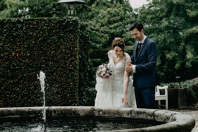 bruidspaar kijkt in waterput kasteel