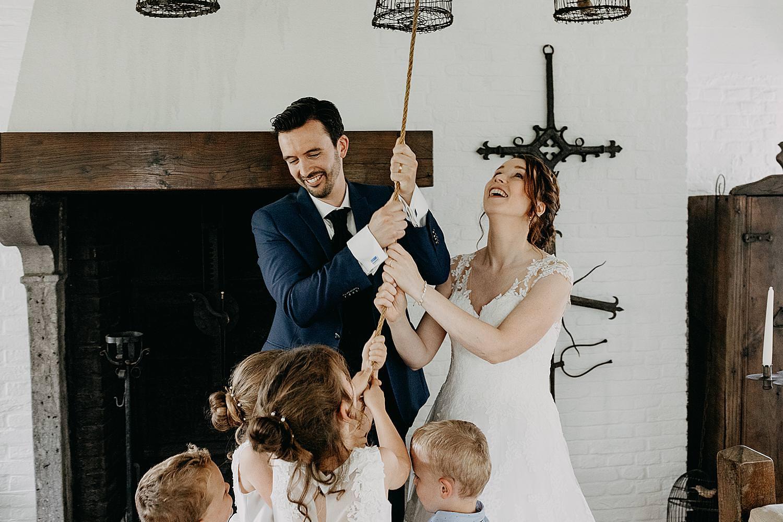 bruidspaar luid klokken kasteel