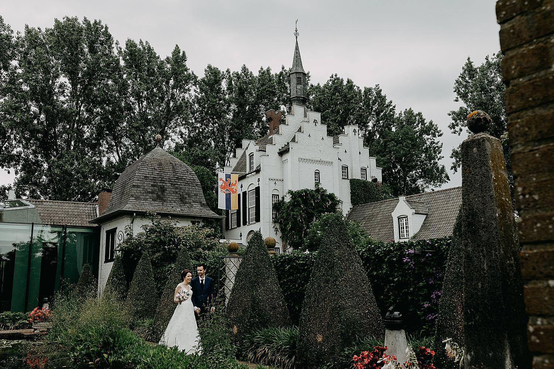 bruidspaar voor kasteel groot Buggenum
