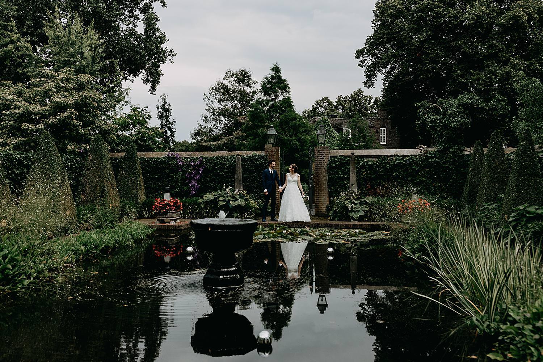 bruidspaar voor vijver tuin
