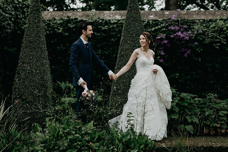 bruidspaar wandelt tuin kasteel