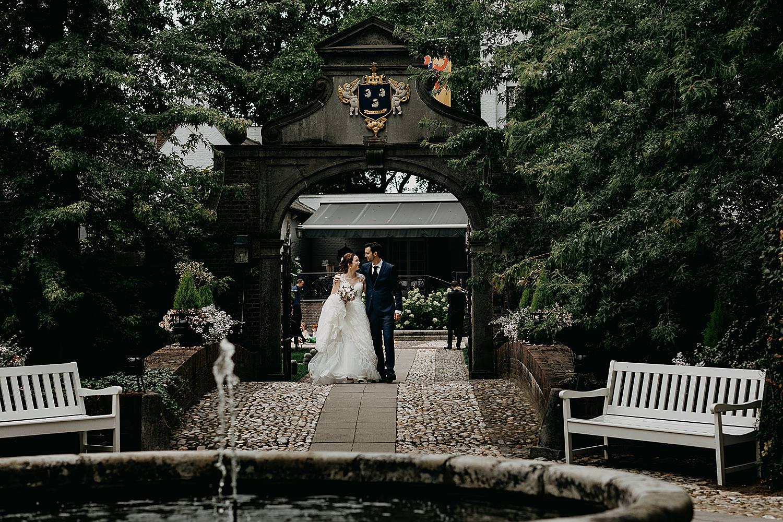bruidspaar wandelt waterput kasteel
