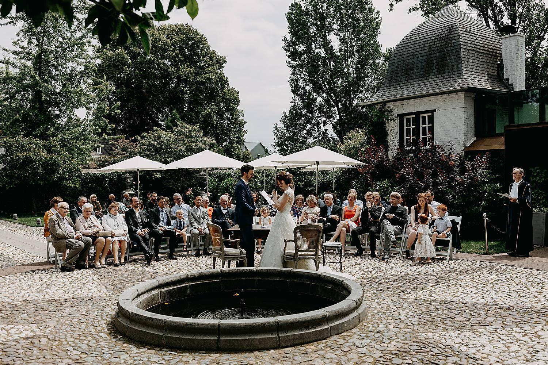 ja-woord bruidspaar buitenceremonie binnenkoer kasteel