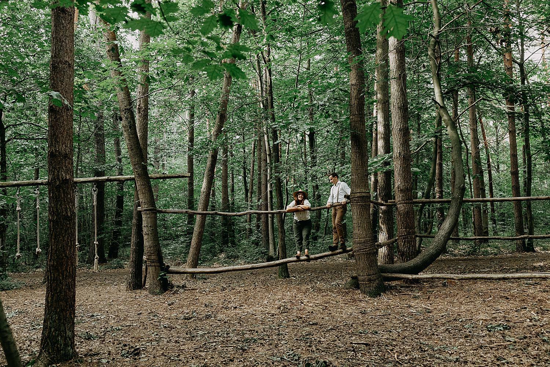 Koppel op boomstam speeltuin Meerdaalbos