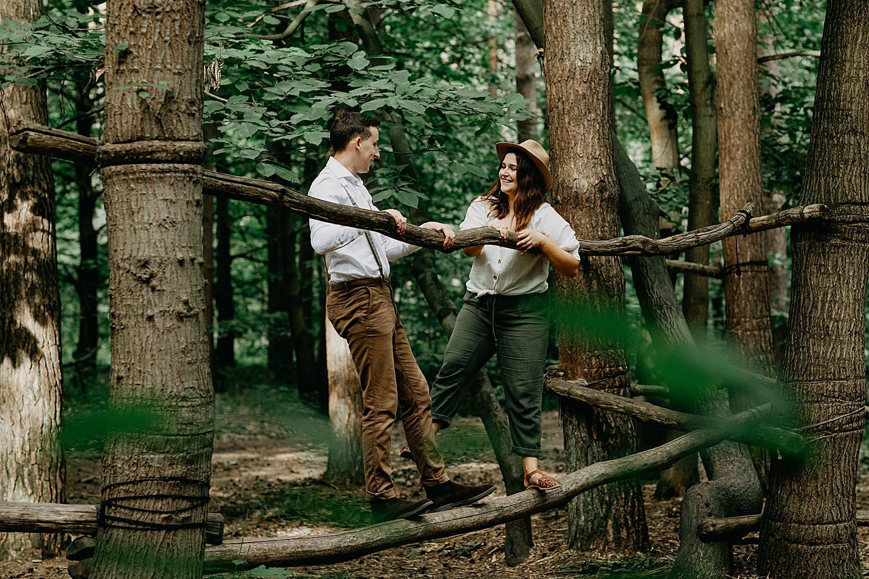 Koppel speelt op boomstammen