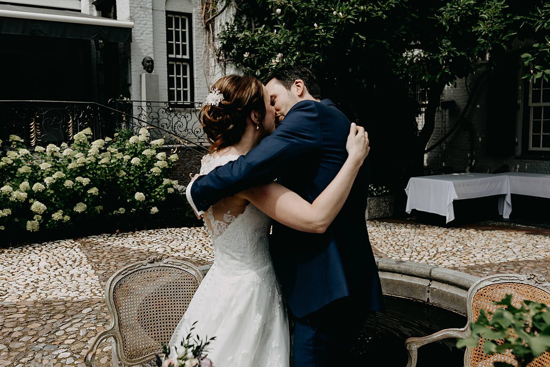 kus bruidspaar buitenceremonie kasteel