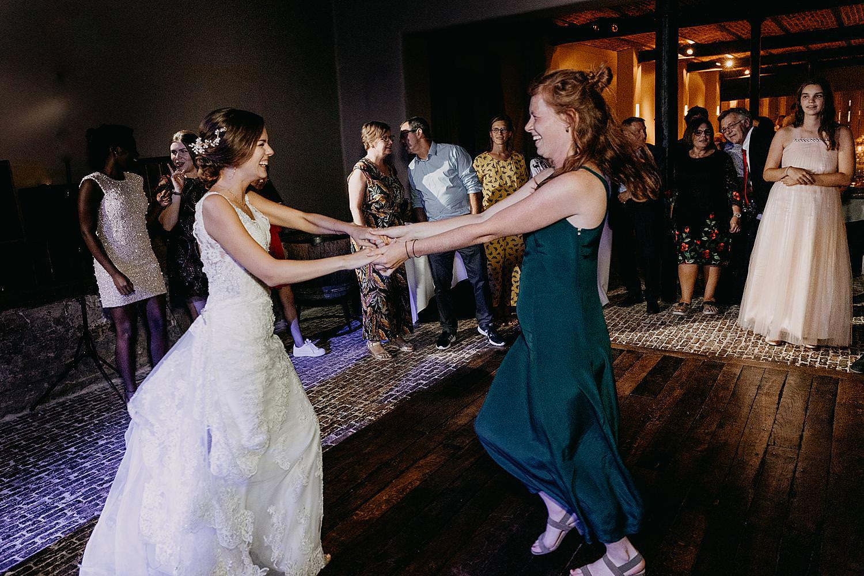 bruid dans met vriendin