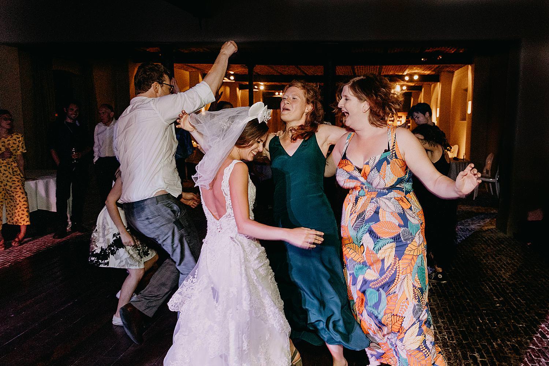 bruid met vriendinnen dansfeest
