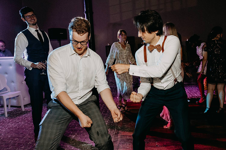 bruidegom dans met vriend huwelijk