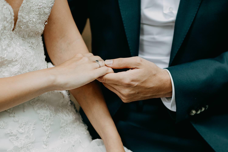 bruidegom houd hand bruid