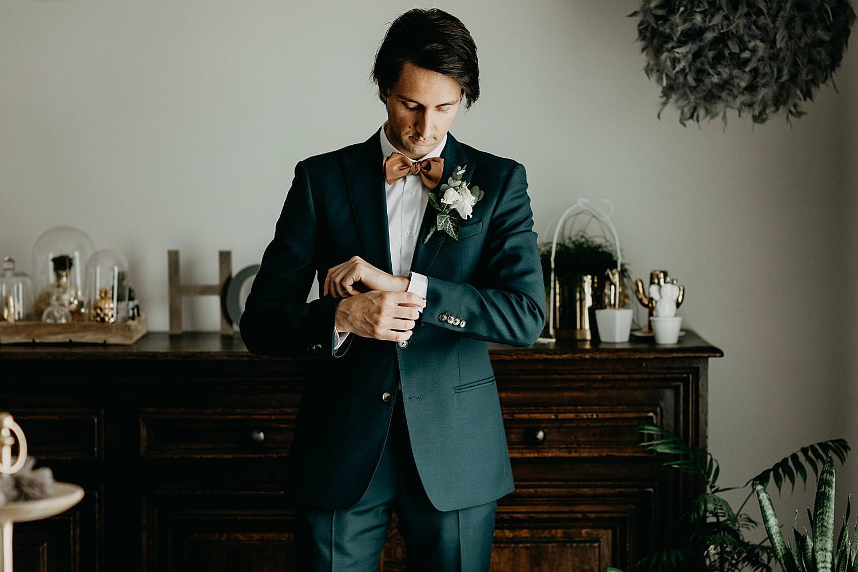 bruidegom knoopt hemdsmouwen