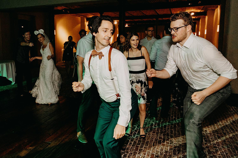 bruidegom maakt plezier huwelijk