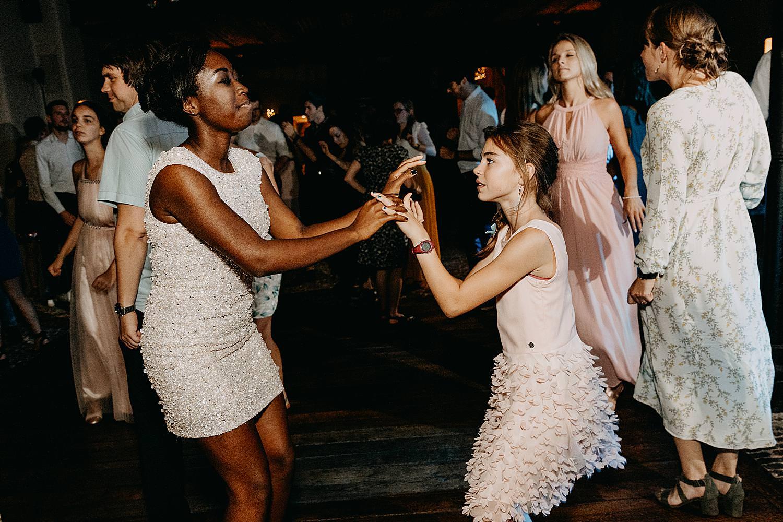 bruidsmeisjes dansfeest huwelijk