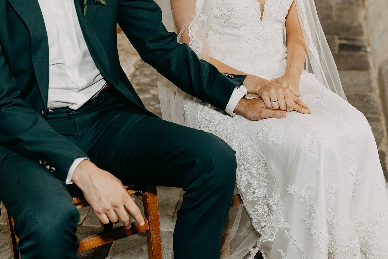 bruidspaar houd hand huwelijk