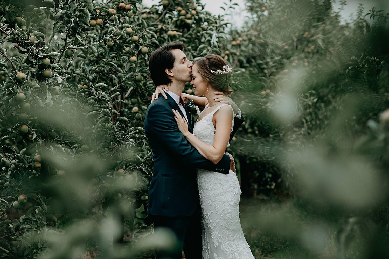bruidspaar kust tussen appel plantages