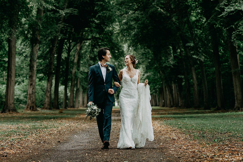 Bruidspaar wandelt in dreef