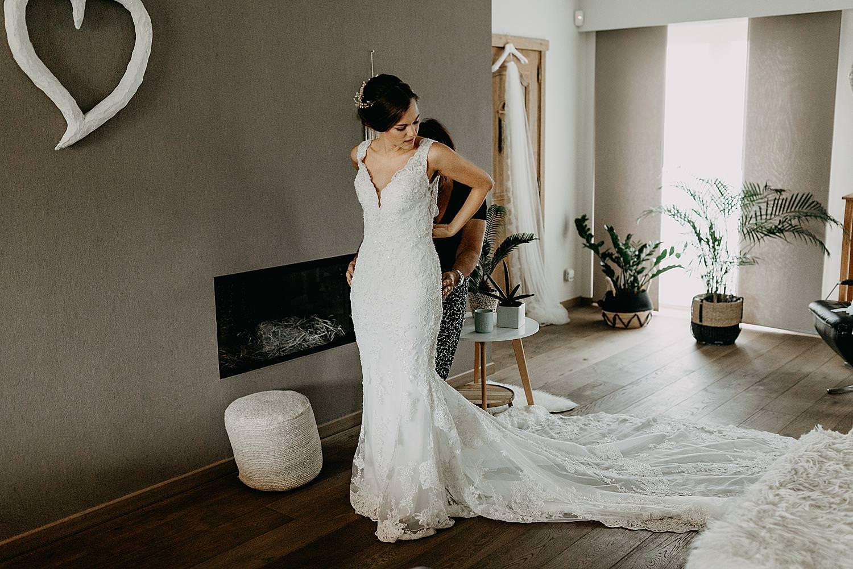 dichtknopen bruidsjurk bruid woonkamer