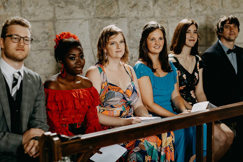 familie kijkt kerk Guvelingen huwelijk