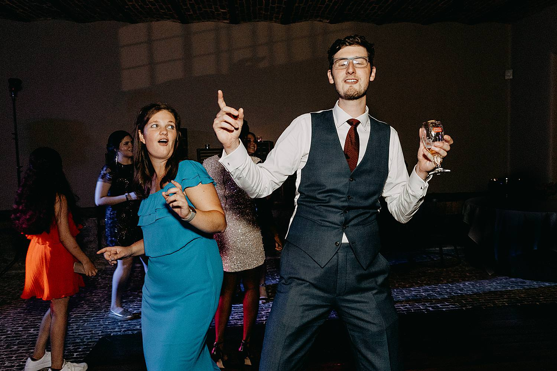 gasten maken plezier huwelijk
