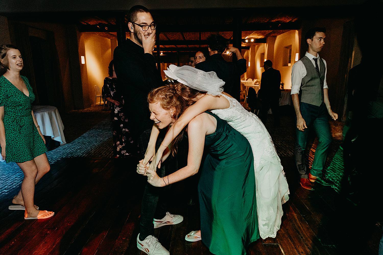 vriendin draaft bruid dansvloer