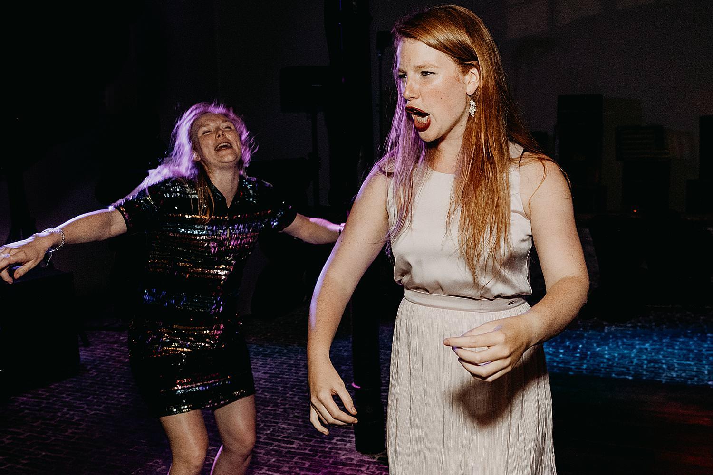 vriendin schreeuwt dansfeest