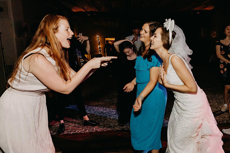 vriendinnen dansen met bruid Hof Ten Steen