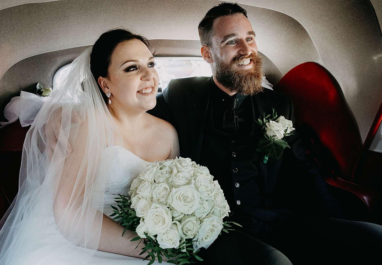 Bruidspaar in bruidswagen